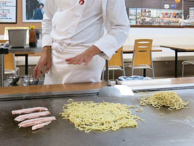 2種類の焼きそばを調理してくださる川本さん
