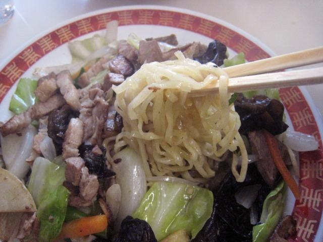 焼きそばもコシのある平打ち細麺