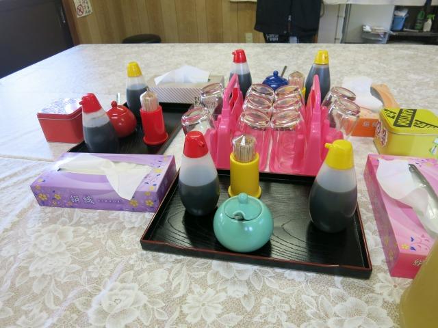 テーブルの調味料類