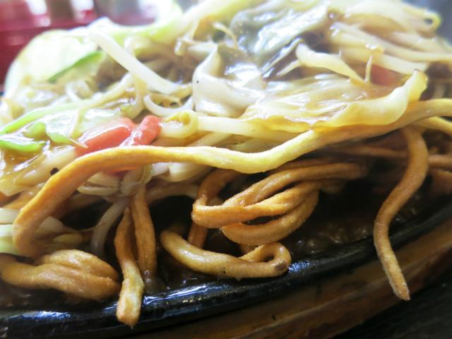 カリカリに揚げたちゃんぽん麺を使用