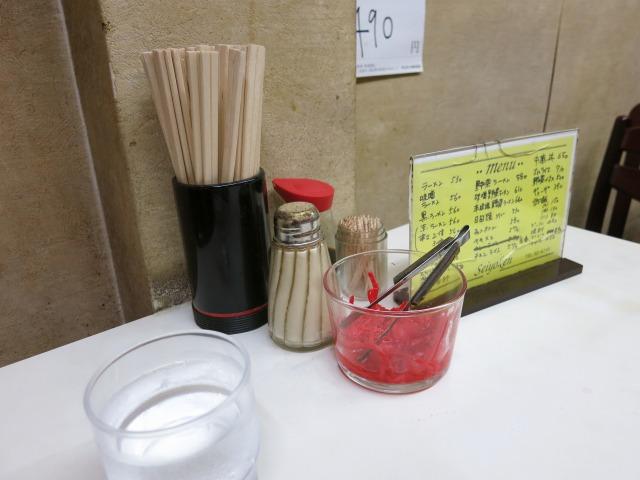 卓上の調味料と紅生姜