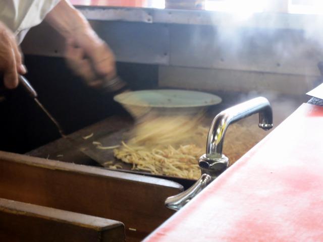 鉄板で麺の両面をじっくり焼く日田方式