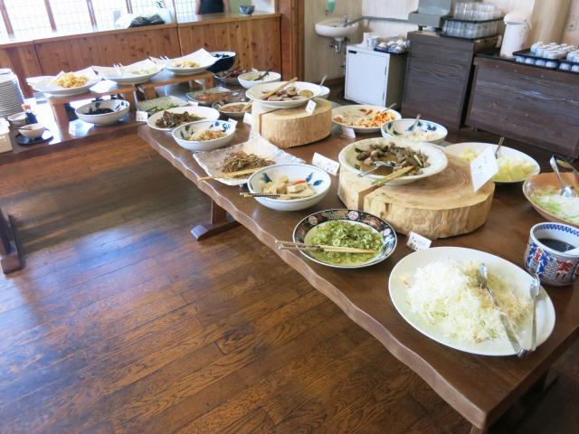 惣菜・天ぷらが多数並ぶ食べ放題