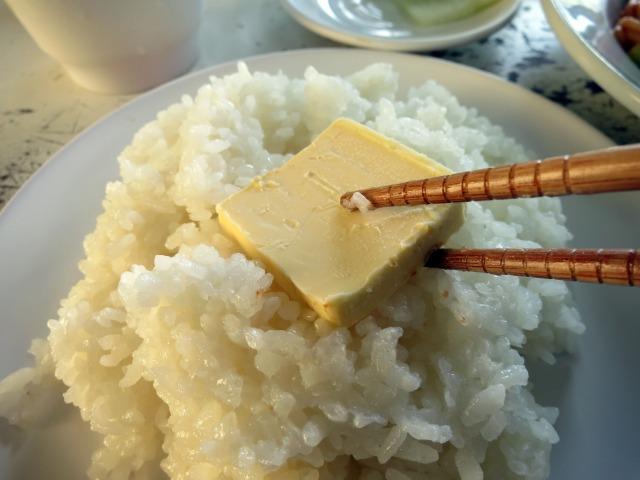 バターをご飯に乗せてみる