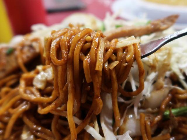 麺はモチモチした中太の玉子麺