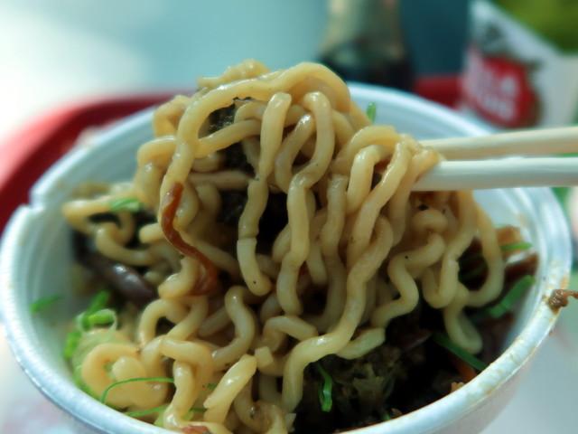 縮れた太麺、Koniと似ている