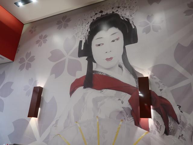 壁には梅沢富美男の女形姿