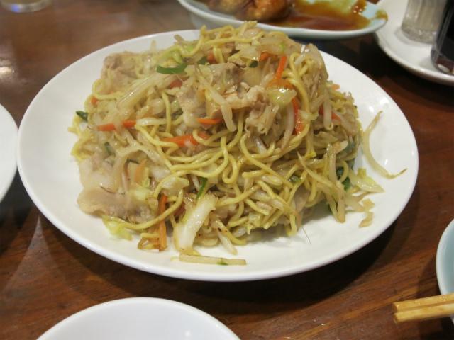 焼きそばは細麺で野菜たっぷり